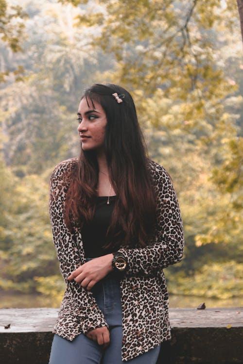 Photos gratuites de brune, cheveux longs, debout, femelle