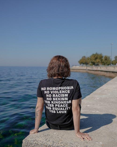 Бесплатное стоковое фото с активный отдых, брюнетка, вид сзади, вода