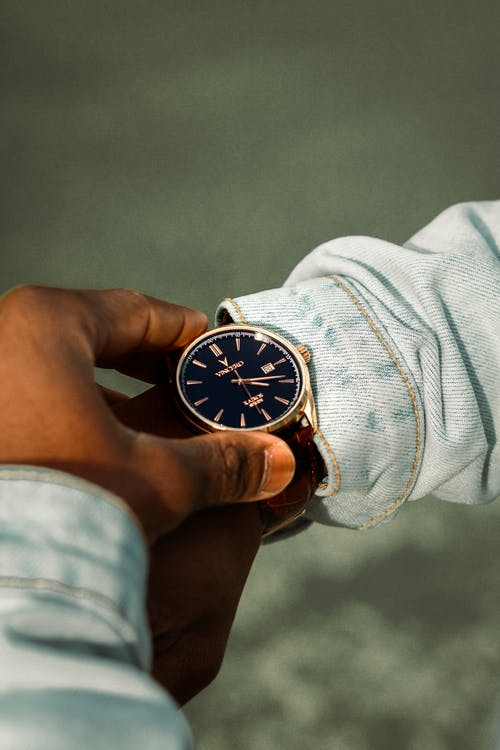 Gratis stockfoto met Analoog horloge, hand, horloge, iemand