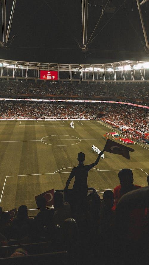 サッカーの試合を見ている人の写真