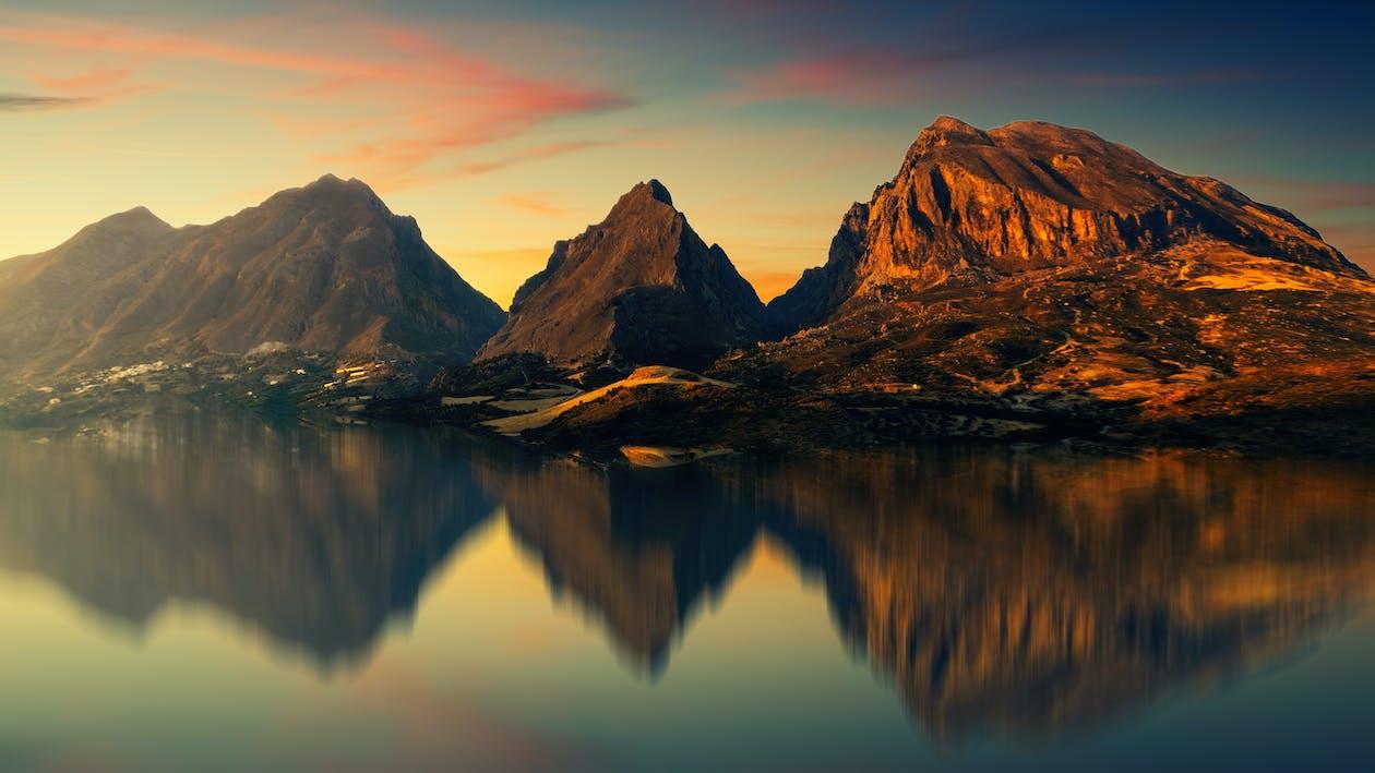 Brown Mountain In Der Nähe Von Gewässern
