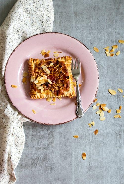 Gratis stockfoto met binnen, bord, borden opmaken, brood