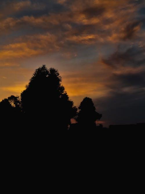 Foto d'estoc gratuïta de fosc, السحب الداكنة, روب الشمس الجميل, سماء الغروب