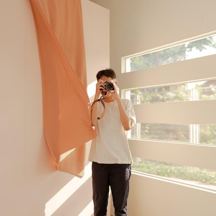 ablak, ázsiai férfi, belső