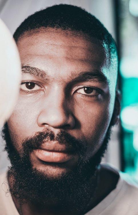 afrikansk-amerikansk mann, alvorlig, ansikt