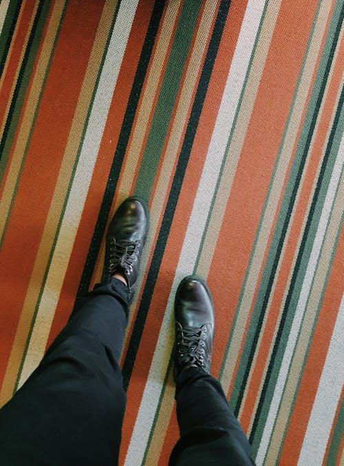 Darmowe zdjęcie z galerii z buty, dywan, obuwie, skóra