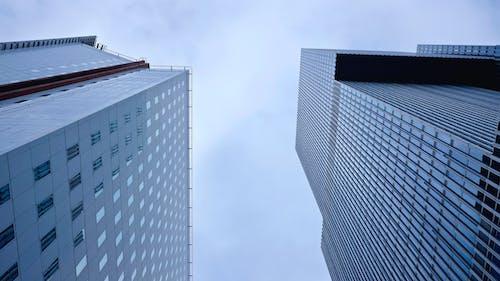 Foto stok gratis Arsitektur, bangunan, cityscape, fotografi sudut rendah
