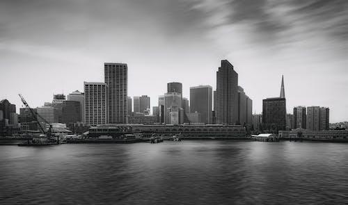 Foto d'estoc gratuïta de aigua, alt, blanc i negre, cel