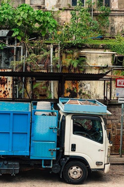 Безкоштовне стокове фото на тему «Будівля, вантажівка, Вулиця, Денне світло»