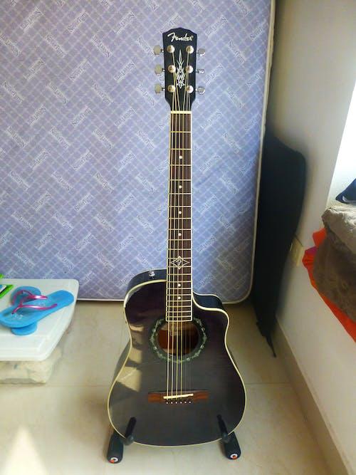 Ilmainen kuvapankkikuva tunnisteilla kitara, makuuhuone, musiikki, patja