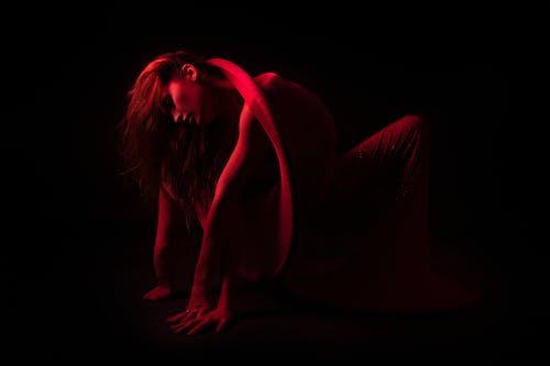 Foto stok gratis background hitam, badan, cahaya, cewek