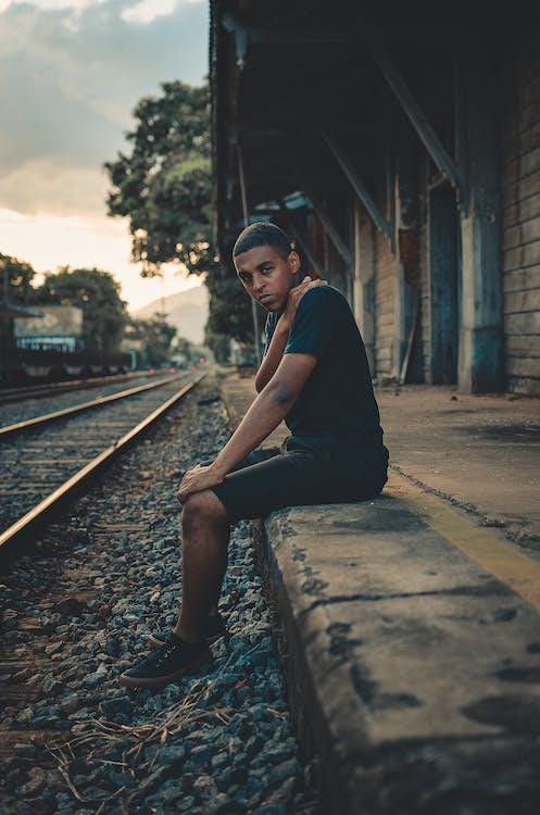 afrikai férfi, afro-amerikai férfi, egyedül