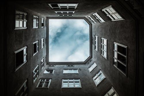 Fotobanka sbezplatnými fotkami na tému architektúra, budova, geometrický, mraky