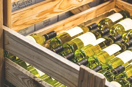 Fotobanka sbezplatnými fotkami na tému alkohol, alkoholický nápoj, biele víno, drevený