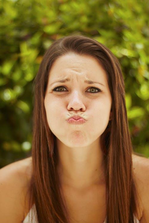 """Kostenloses Stock Foto zu 18-25 jahre, attraktive weibliche, Ã""""rmelloses top, blick in die kamera"""