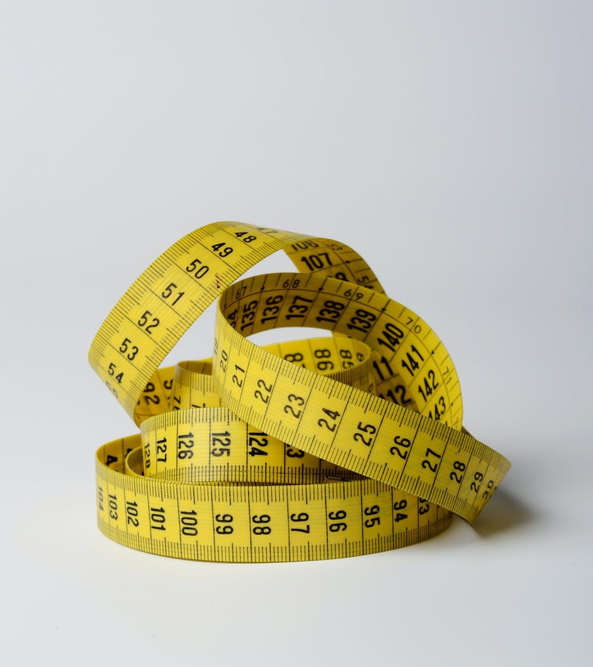 Gelbes Längenmaß aufgerollt