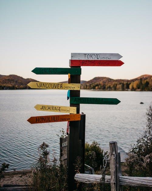 Gratis arkivbilde med informasjon, innsjø, reise, retning