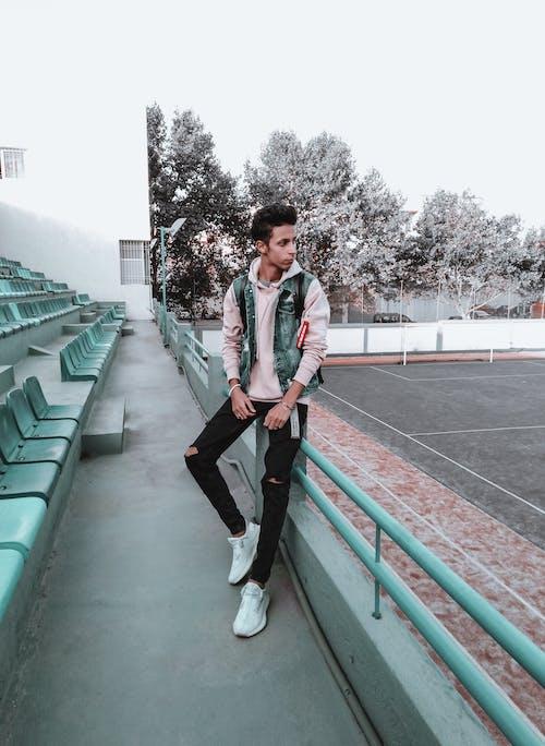 Foto profissional grátis de boa aparência, calça jeans, calça preta, cara