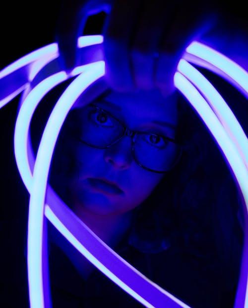 Foto d'estoc gratuïta de clareja, dona, foto vertical, llum de neó