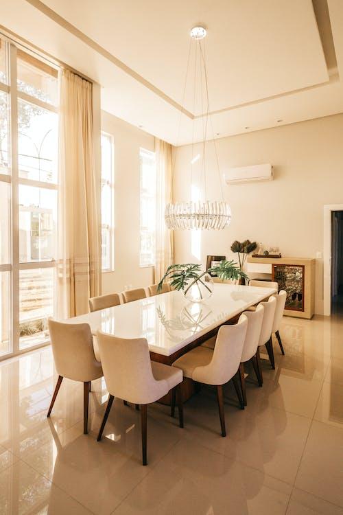 Gratis lagerfoto af arkitektur, boligindretning, bord, hjem