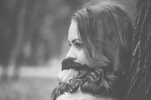 Kostenloses Stock Foto zu kalt, schwarz und weiß, fashion, person