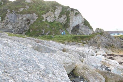 Kostenloses Stock Foto zu grüne vegetation, kalksteinfelsen, menschen zu fuß