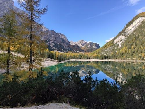 Бесплатное стоковое фото с безмятежный, вода, горный хребет, горы