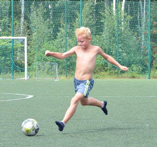Základová fotografie zdarma na téma blond člověk, cíl, dítě, fotbalové hřiště