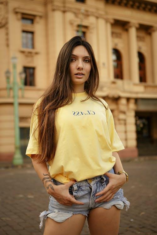 Foto De Mulher Vestindo Camisa Amarela