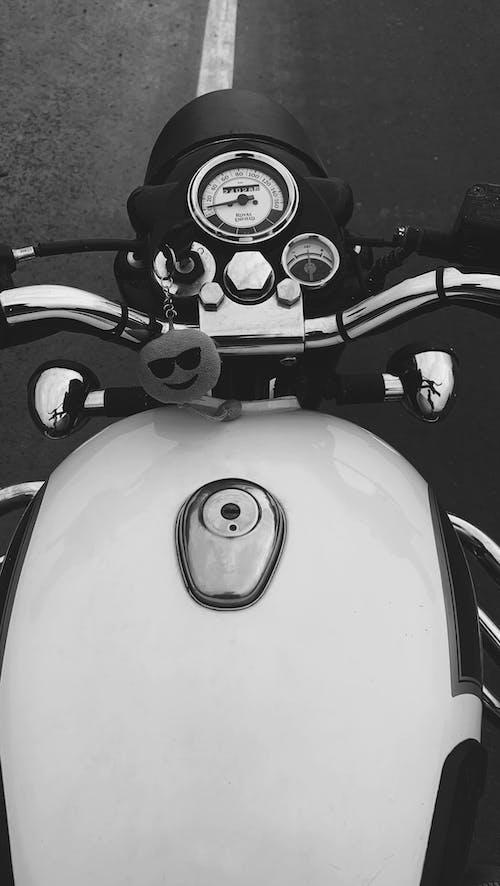 motorlu bisiklet, royal enfield, siyah ve beyaz içeren Ücretsiz stok fotoğraf