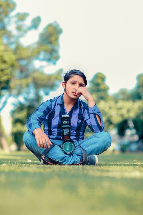 Foto profissional grátis de câmera, espontâneo, homem, jardim de flores