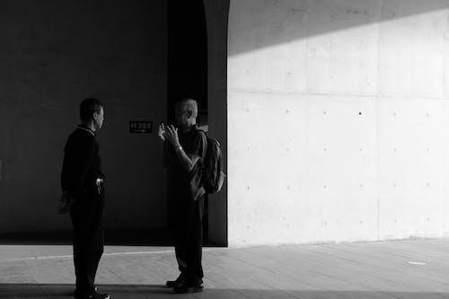 人, 會話, 站立, 說話 的 免费素材照片
