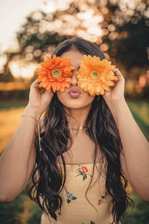 Kostnadsfri bild av ansikte, ansiktsuttryck, blommor, flicka