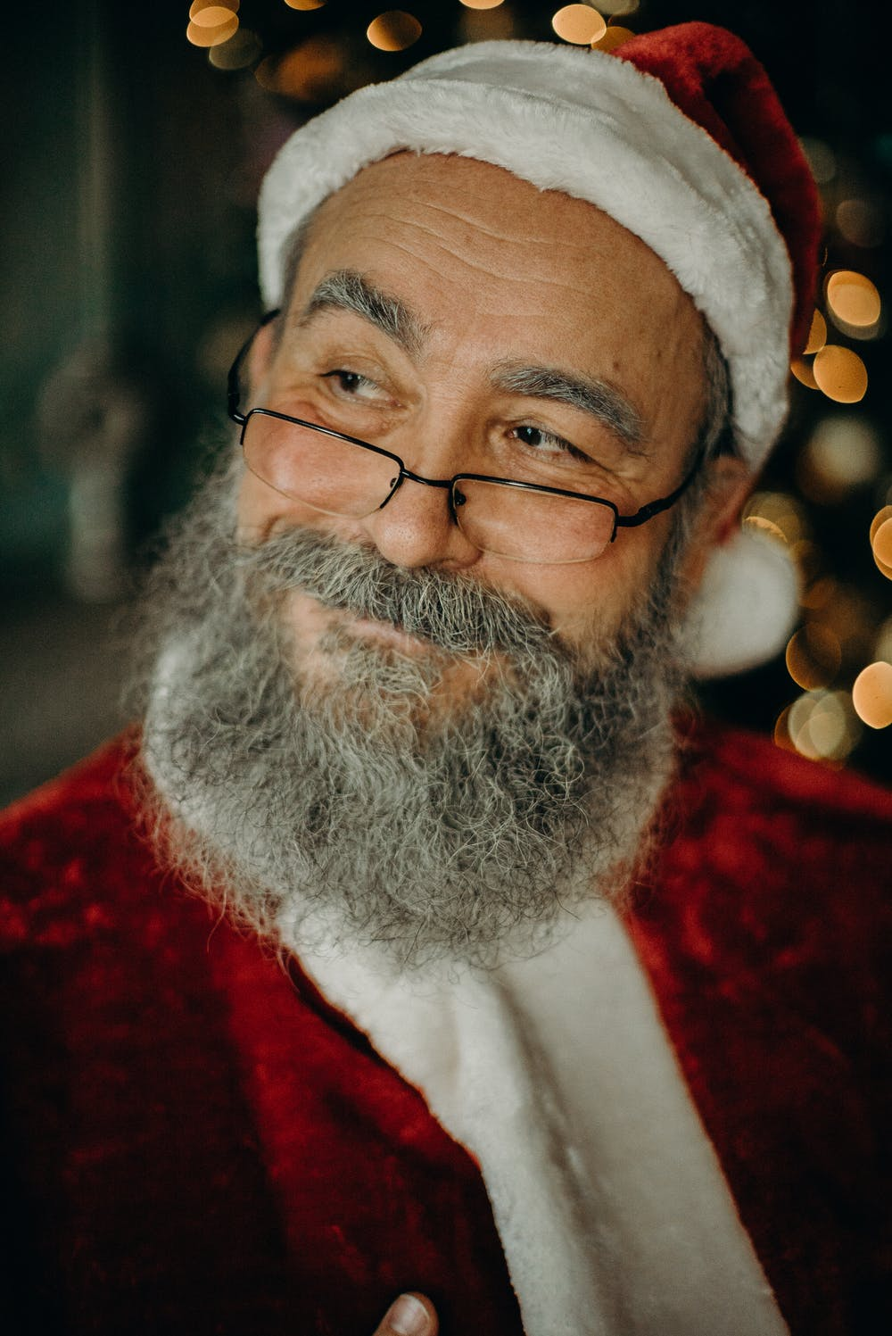 Man in a Santa Claus costume. | Photo: Pexels