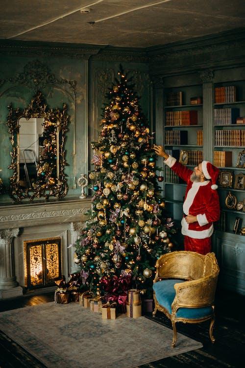 Hombre De Pie Junto Al árbol De Navidad