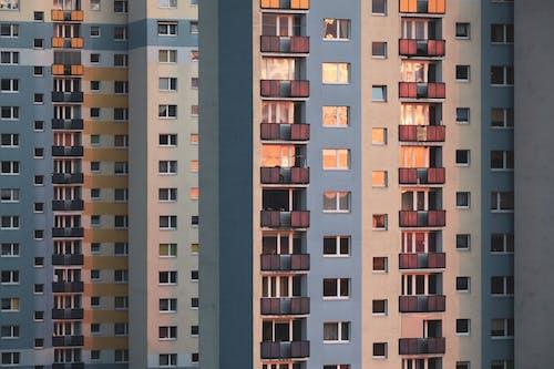 Foto d'estoc gratuïta de apartaments, arquitectura, balcó, bloc de pisos