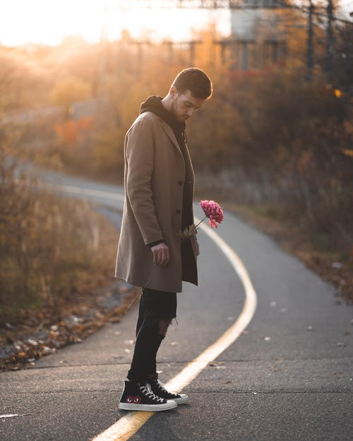 꽃, 남자, 내려다 보는, 빈 도로의 무료 스톡 사진