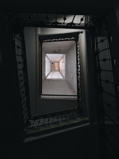 Darmowe zdjęcie z galerii z architektura, budynek, ciemny, klatka schodowa