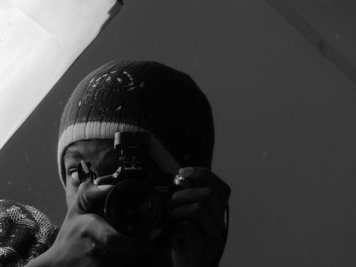 Foto profissional grátis de preto e branco de um homem tirando foto