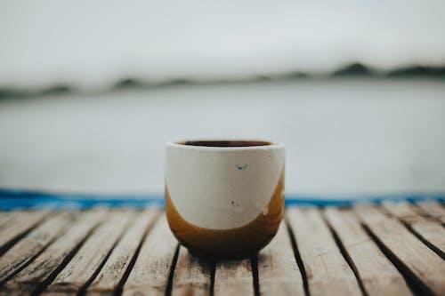 Kahve, kahve içmek, plaj, sade kahve içeren Ücretsiz stok fotoğraf