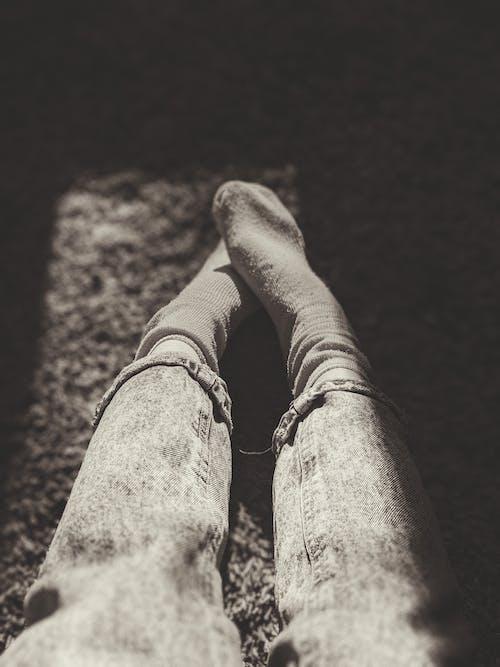 Gratis lagerfoto af atmosfære, Ben, benene krydsede, cowboybukser