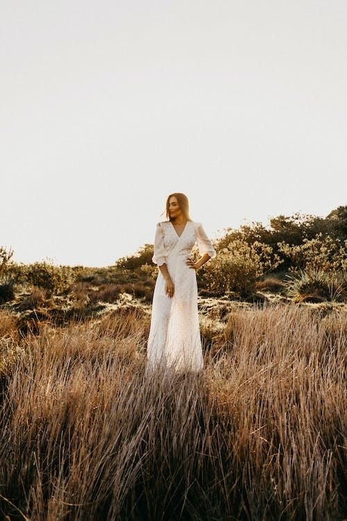 bílé šaty, cestování, denní světlo
