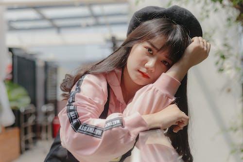 Kostnadsfri bild av asiatisk kvinna, basker, ensam, fotografering