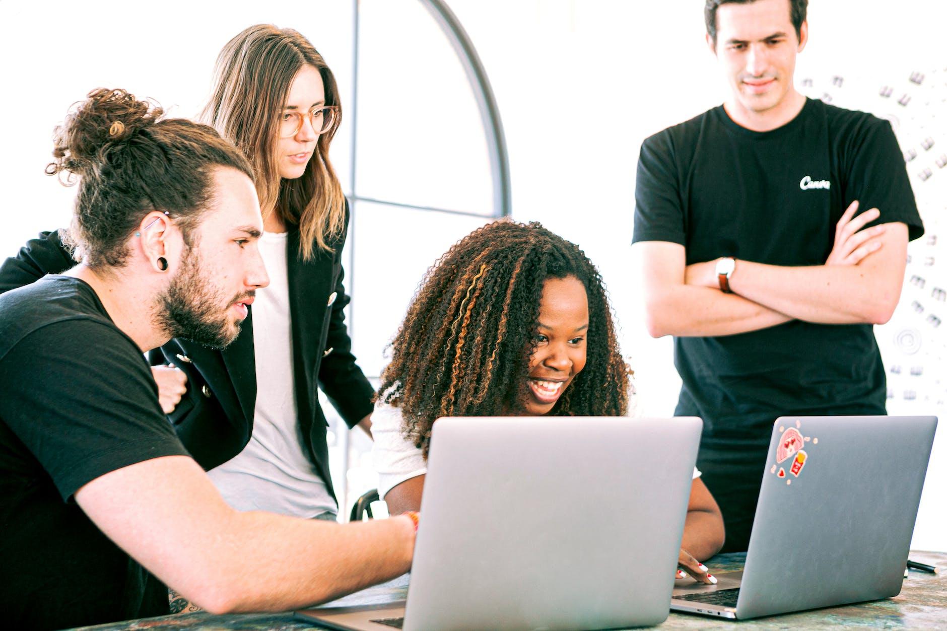 Equipe trabalhando com computadores | TIM Planos Empresas