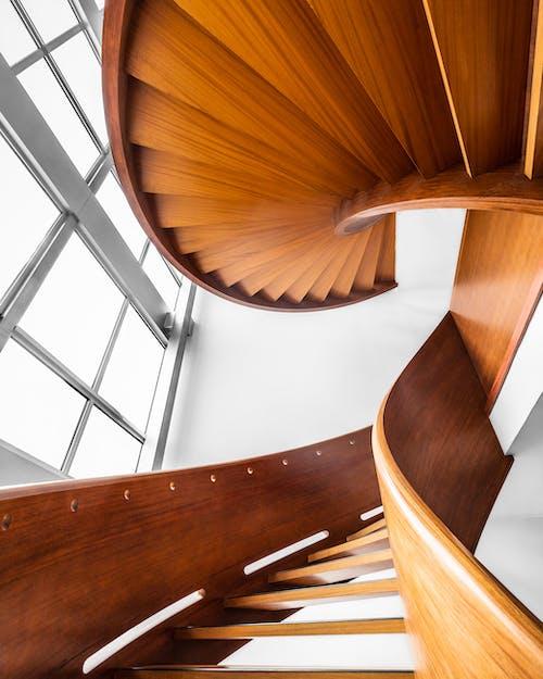 Бесплатное стоковое фото с архитектура, винтовая лестница, деревянная лестница, дизайн интерьера