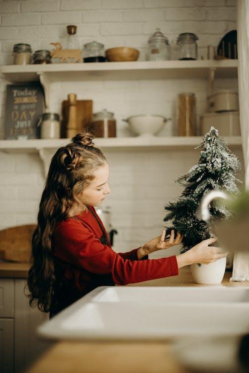 Маленькая девочка проверяет елку