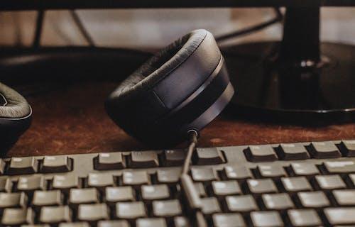 Ilmainen kuvapankkikuva tunnisteilla kirjoituspöytä, kuulokkeet, lähikuva