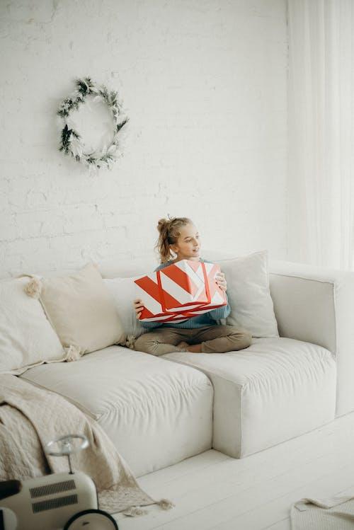 Foto stok gratis belum tua, berambut pirang, cewek, dalam ruangan