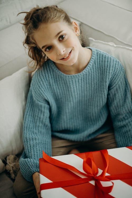 Kostnadsfri bild av flicka, gåva, jul, lycklig