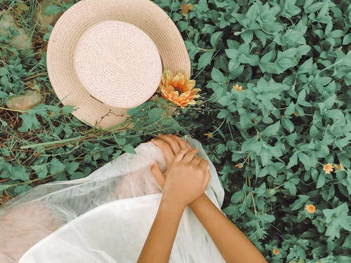 Δωρεάν στοκ φωτογραφιών με άνθρωπος, γρασίδι, καπέλο ηλίου, λήψη από υψηλή γωνία